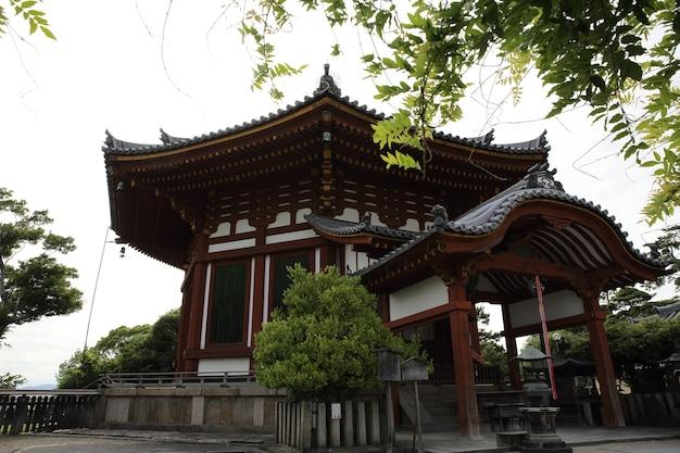 Japanischer tempel in der stadt nara