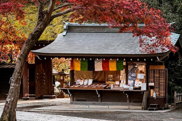Japanischer tempel mit schiefen baum