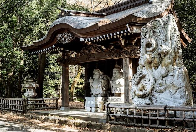 Japanischer tempel mit statuen