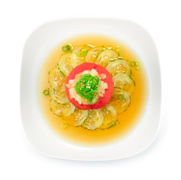 Japanischer tomatensalat mit gurke in dashi sojasauce auf zwiebelkotelett japanisch