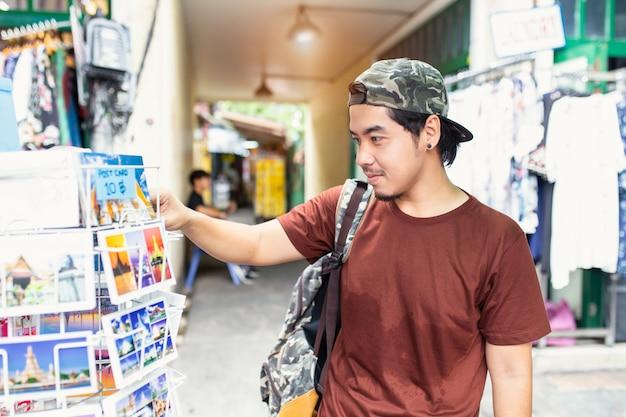 Japanischer tourist, der besichtigende erforschenstadt genießt