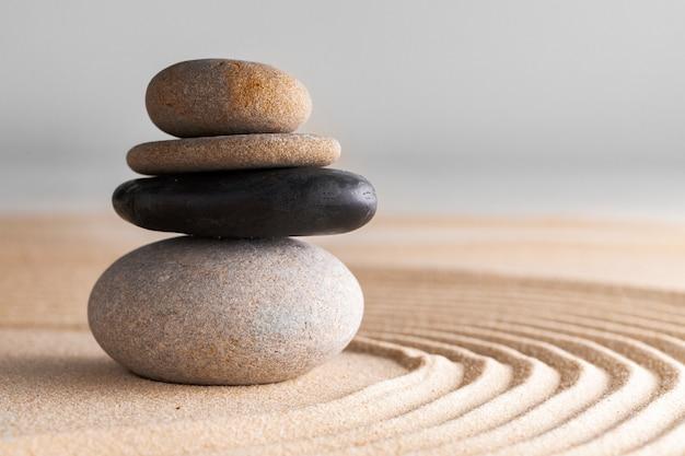 Japanischer zen-garten mit stein im geharktem sand