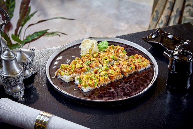 Japanisches brötchensushi der modernen küche ohne nori. nahaufnahme auf sushi mit avocado und lachs. gesunde meeresfrüchte. fisch. diät, ausgewogenes essen. speicherplatz kopieren. japanische küche