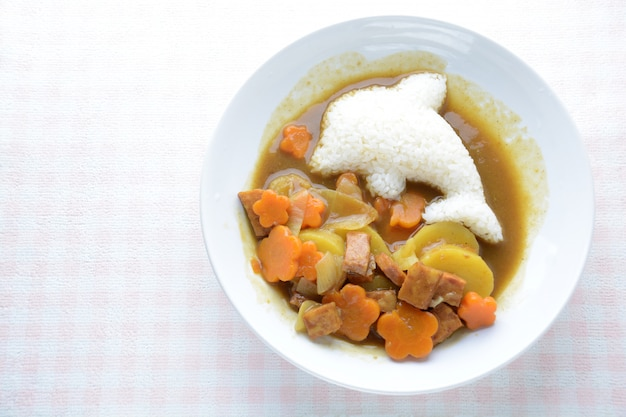 Japanisches curry mit delfinreis und brathähnchen (karaage)