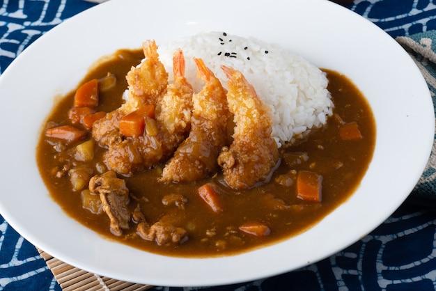 Japanisches curry mit gebratenen garnelen.