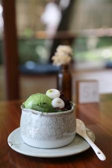 Japanisches dessert anmitsu grüner tee eis rote bohnen und moji