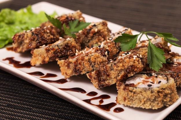 Japanisches essen, asiatisches essen, gegrilltes sushi