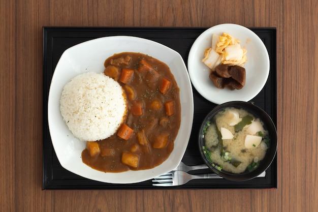 Japanisches essen auf holztisch