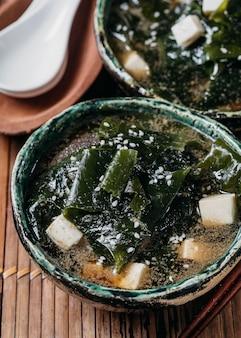 Japanisches essen im schüsselsortiment nahaufnahme