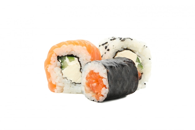 Japanisches essen. köstliche sushi-rollen lokalisiert auf weißer oberfläche