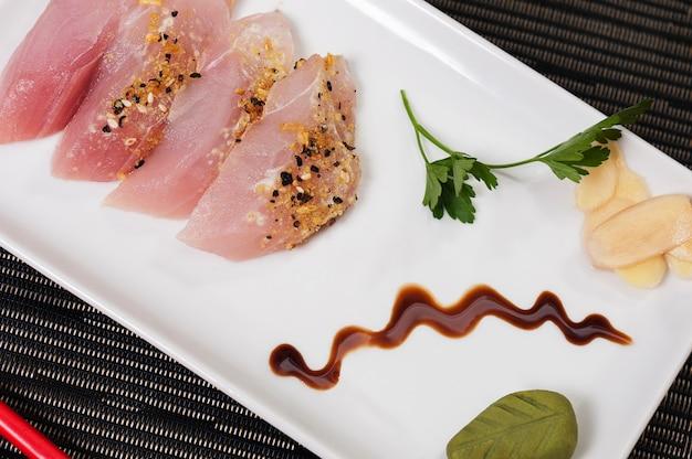 Japanisches essen mit frisch geröstetem fisch, lachsfisch, asiatisches essen mit gemüse, gegrillter fisch, erfrischendes essen, meeresfrüchtemahlzeit
