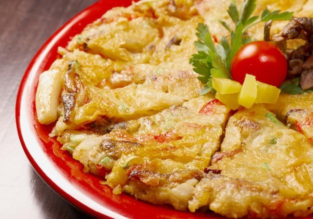 Japanisches essen nahaufnahme okonomiyaki. (japanische pizza)