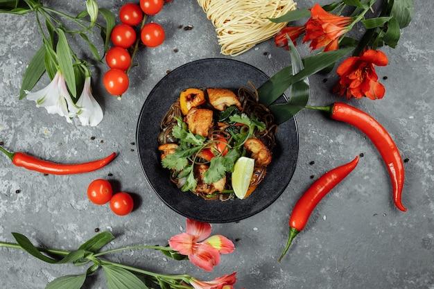 Japanisches essen: soba-nudeln mit hühnchen und gemüse.