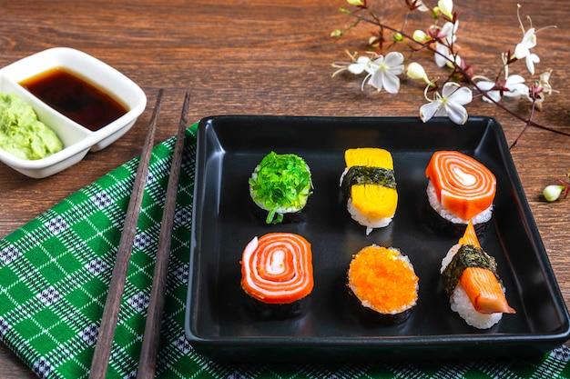 Japanisches essen, sushi auf dem tisch