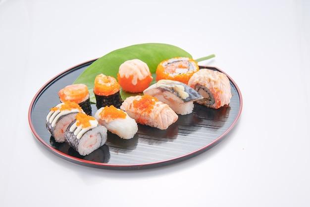 Japanisches essen. sushi mit meeresfrüchten auf weißem hintergrund