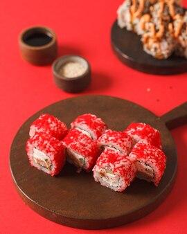 Japanisches essen. sushi und brötchen. setzt von der rolle. schöne portion asiatischer küche