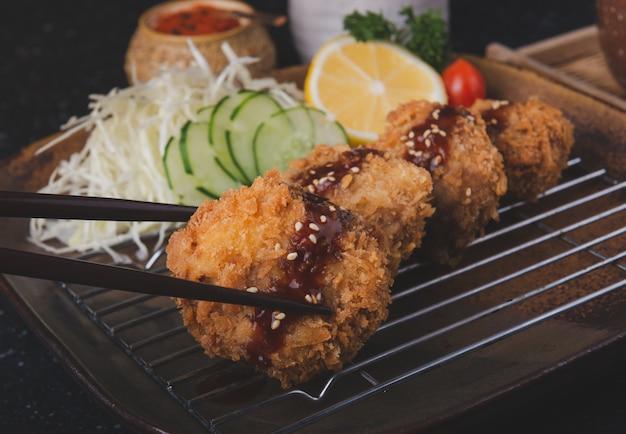 Japanisches frittiertes schweinekotelett oder menchikatsu.