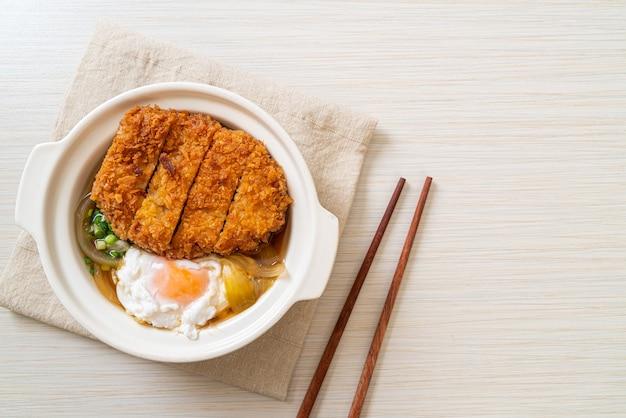 Japanisches gebratenes schweinekotelett (katsudon) mit zwiebelsuppe und ei - asiatische küche