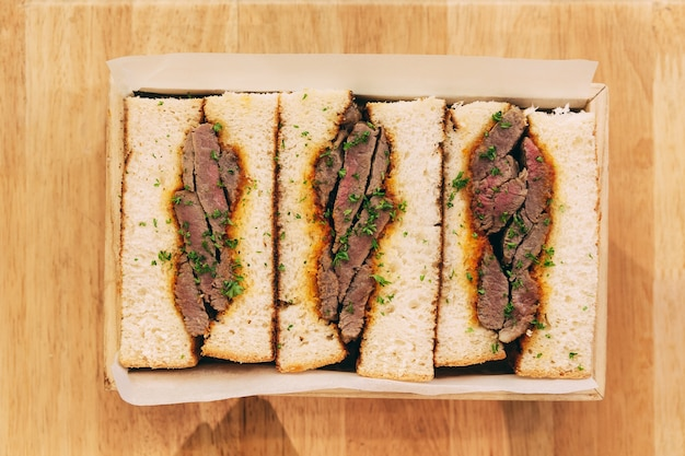 Japanisches halbwüchsiges wagyu-sandwich diente in der holzkiste
