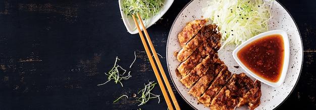 Japanisches kotelett mit kohl und tonkatsu-sauce. .