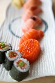 Japanisches lachs-sushi-set mit lachs-maki-lachs-sushi und kaviar