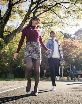 Japanisches liebespaar, das in osaka datiert
