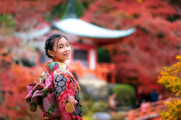 Japanisches mädchen im kimono-trachtenkleid