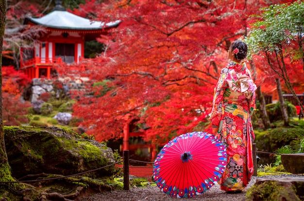 Japanisches mädchen im traditionellen kimonokleid