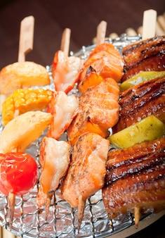 Japanisches meeresfrüchte-gemüse aufgespießt, yakitori .closeup