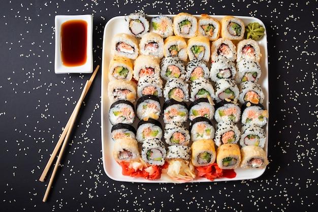 Japanisches meeresfrüchte-sushi-set isolat auf schwarz