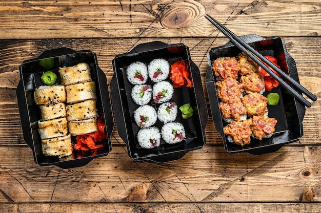 Japanisches restaurant essen zum mitnehmen, lieferbox einstellen. holzoberfläche. draufsicht.