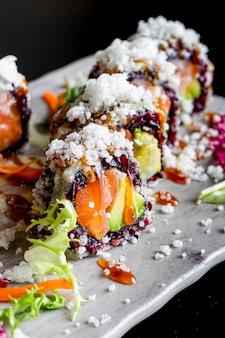 Japanisches sushi mit schwarzem reis und garnelen