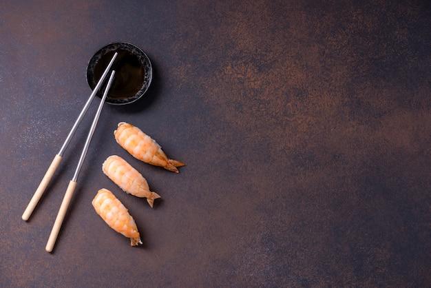 Japanisches sushi nigiri mit garnelen