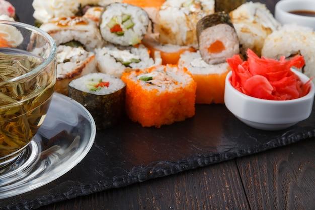 Japanisches sushi-set mit grünem tee zum servieren