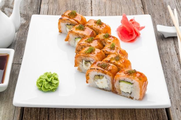 Japanisches traditionelles sushi-essen und brötchen mit frischen meeresfrüchten