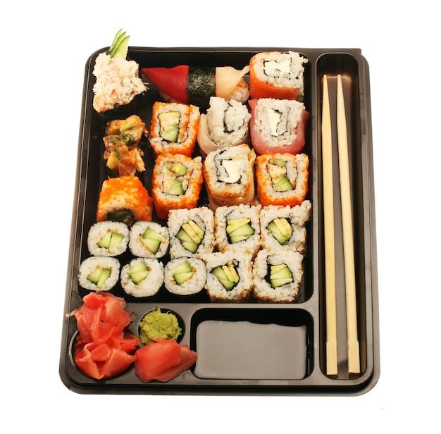 Japanisches traditionelles sushi. isoliert auf weiß.