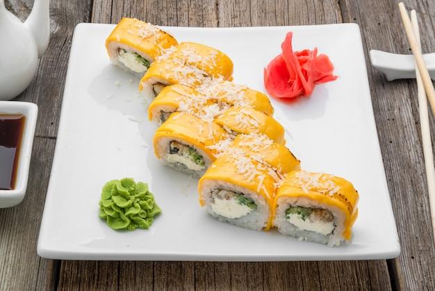 Japanisches traditionelles sushi und brötchen mit frischen meeresfrüchten