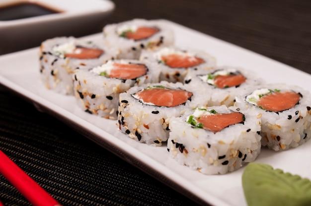 Japanisches uramaki des lachses ein reis mit veggies, asiatischer nahrung, auffrischung und köstlichem fischfutter, meeresfrüchten, biologischem lebensmittel