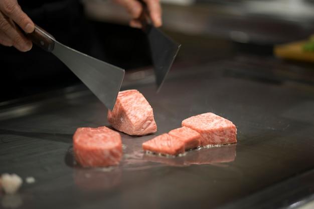 Japanisches wagyu-rindfleisch, das teppanyaki-art kocht