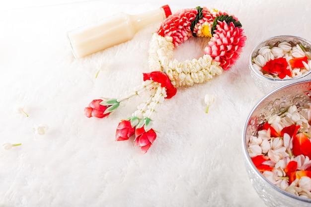 Jasmin und weiße rosengirlande. songkran festival in thailand. traditionell aus thailand.