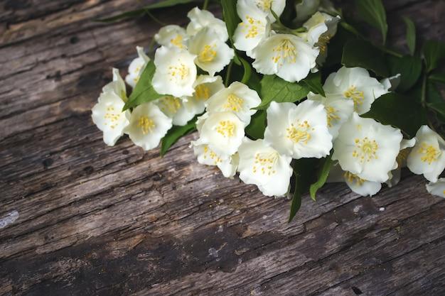 Jasminblüten auf vintage-holzhintergrund, grenzdesign valentinstag-grußkarte textfreiraum Premium Fotos