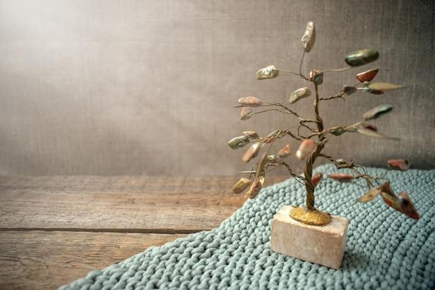 Jaspis und drahtbaum in den lichtstrahlen
