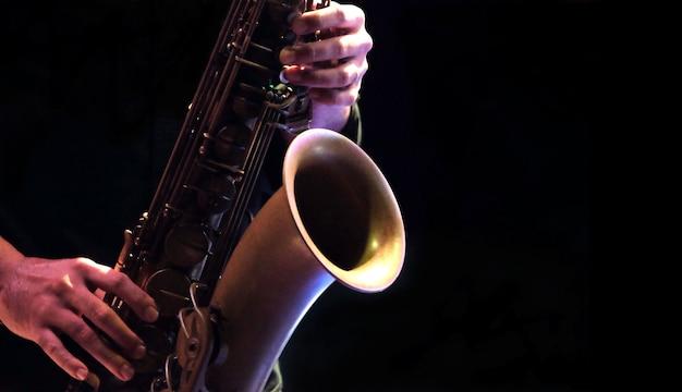 Jazzmusiker, der das saxophon spielt