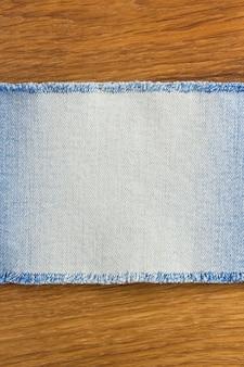 Jeans am hölzernen texturhintergrund