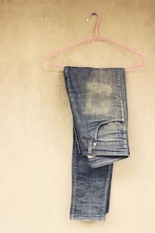 Jeans an der Wand hängen