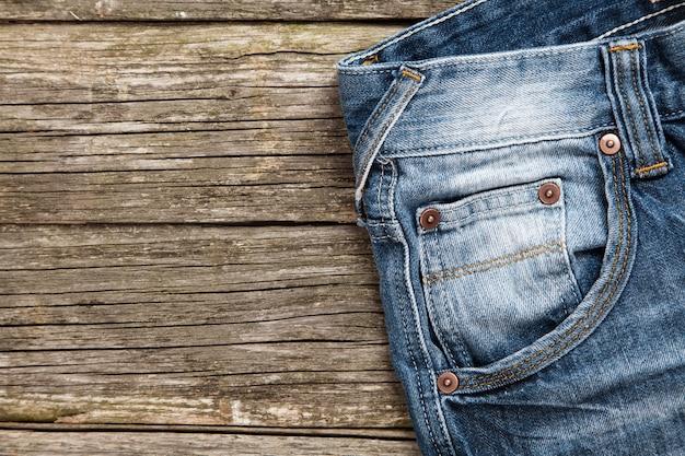 Jeans auf hölzernem hintergrund