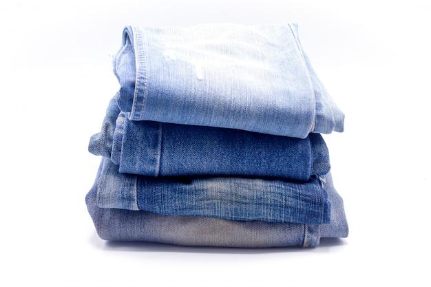 Jeans auf weißem hintergrund gestapelt