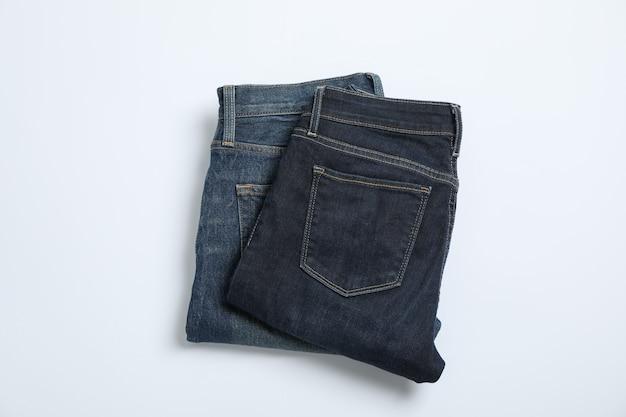 Jeans auf weißem tisch