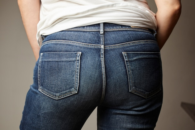 Jeans detail von einem modell gekleidet