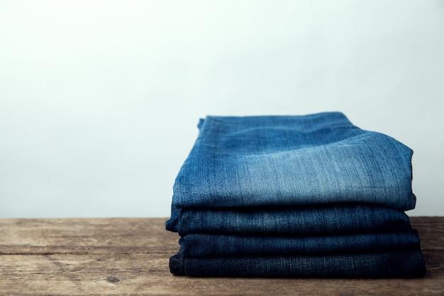 Jeans gestapelt auf einem hölzernen